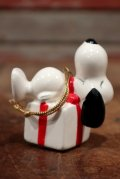 """ct-210301-15 Snoopy / Determined 1975 Ornament """"Present Box"""" (D)"""
